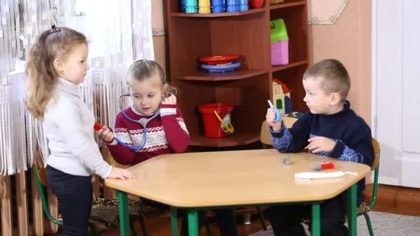 děti hrají lékař