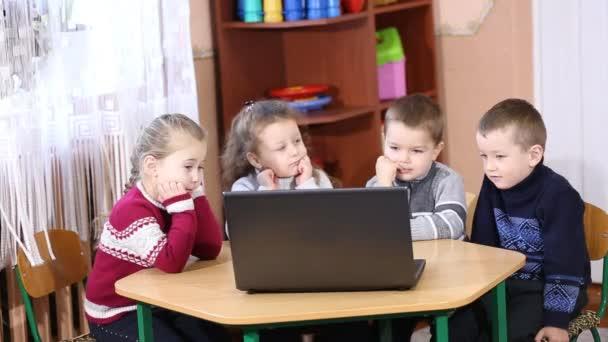 děti se do počítače