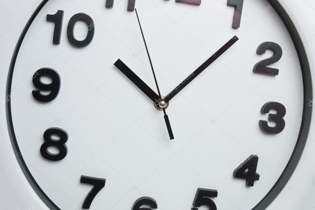 Orologio da cucina bianco con numeri neri — Foto Stock © membio ...