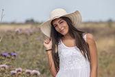 schöne Frau in einem weißen Kleid