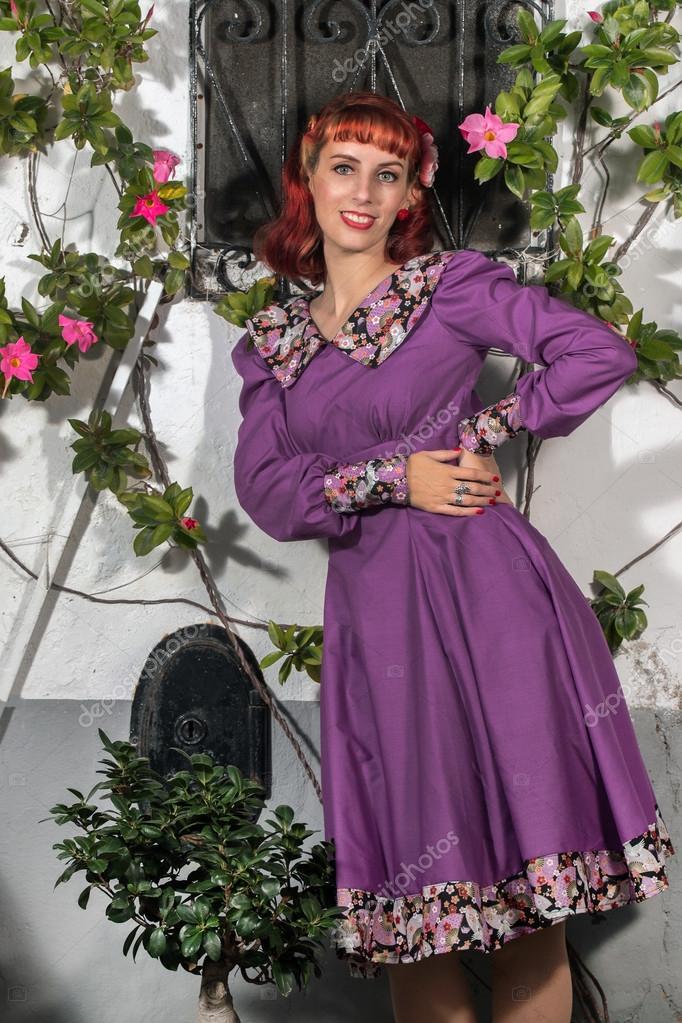 chica joven pelirroja en un vestido vintage retro — Foto de stock ...