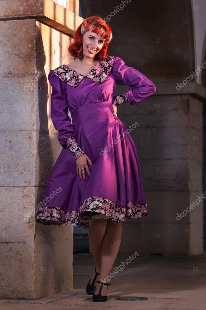 chica joven pelirroja en un vestido vintage retro — Fotos de Stock ...