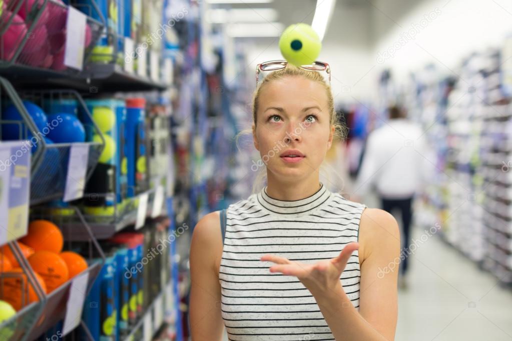 ad1dcdd27 Bolas de ténis mulher compras no sportswear armazenar — Stock Photo ...