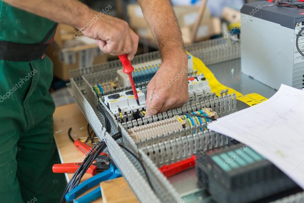 Elektricien Industriële Elektrische Kast Monteren
