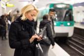 Fotografie Frau auf einer u-Bahnstation