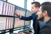 Stock kereskedők keresi a számítógép képernyőjén.