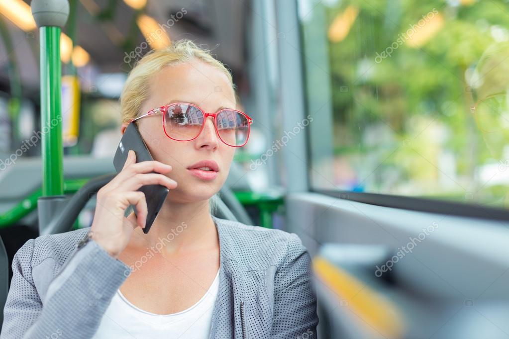 fotka-v-avtobuse-s-blondinkoy-golie-devki-znakomstva