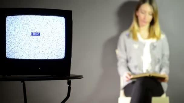 Nő és törött televízió