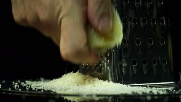 Hraní sýra na stole