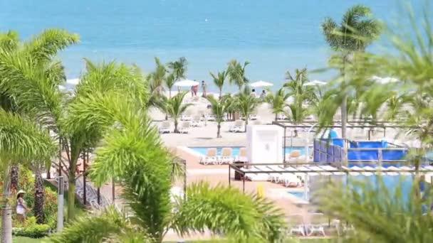 mindenki élvezi a nyaralás-medence és a strand közelében