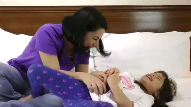 Mutter und Tochter entspannen gemeinsam im Bett