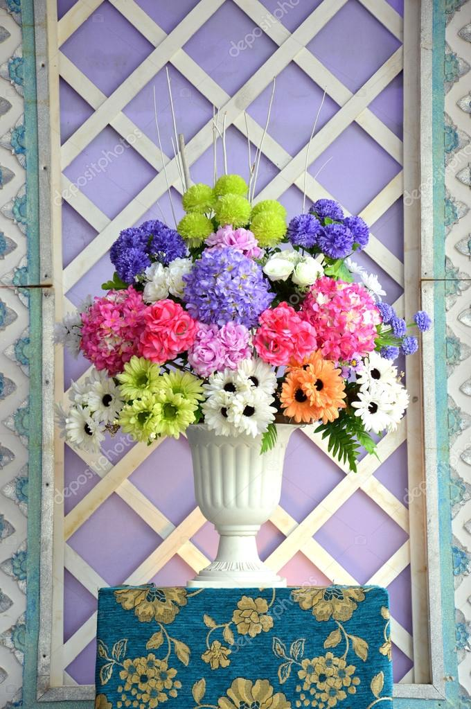 Buque De Flores Artificiais Stock Photo C Tempakul 68770799