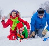 rodina baví ve sněhu