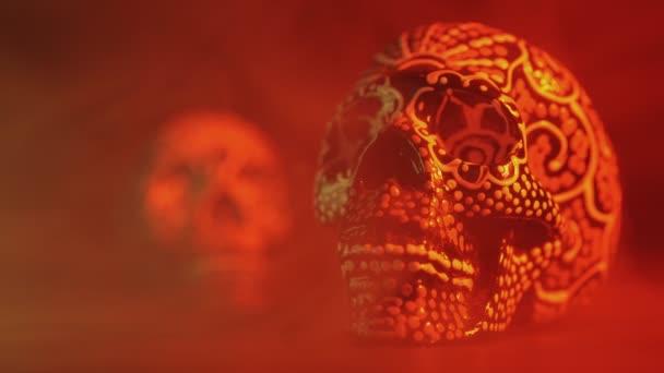 Totenschädel in rotem Licht mit Rauch bemalt