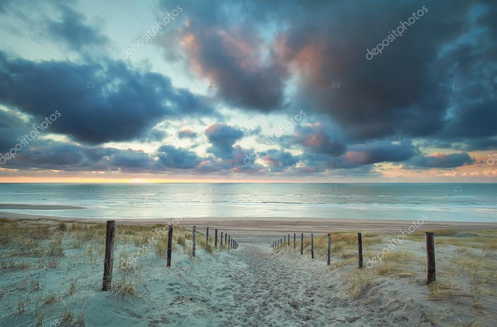 Strand nordsee sonnenuntergang  Sonnenuntergang über der Nordsee Strand und Sand Weg auf Dünen ...