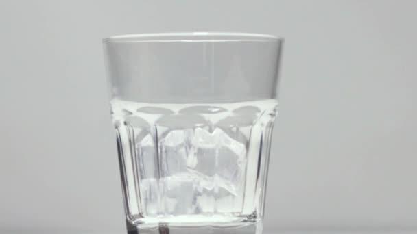 Nalít whisky do sklenice s ledem