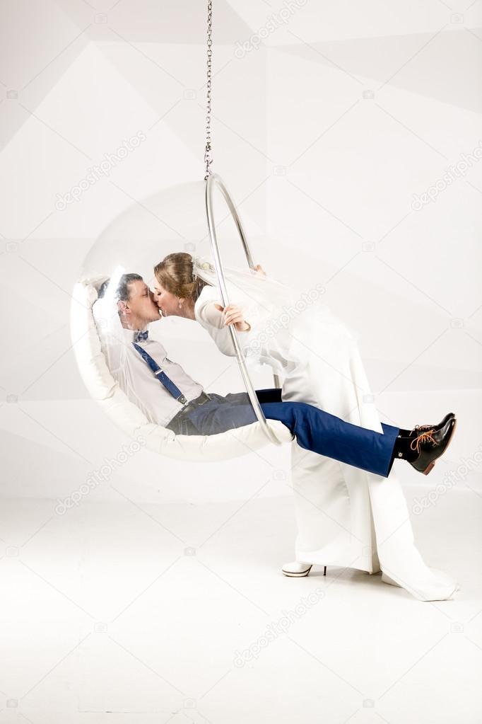 Belle Mariée Embrassant Marié Assis Dans Le Fauteuil Bulle Au Studio - Fauteuil bulle