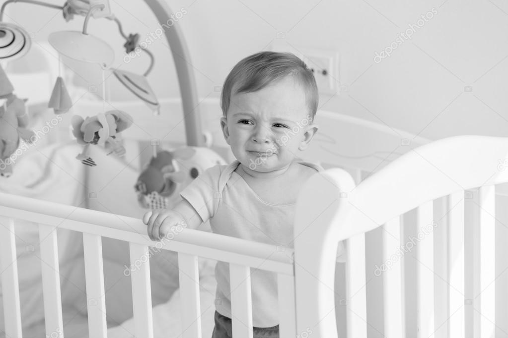 Blanco y negro retrato de bebé en la cuna y llorando — Fotos de ...