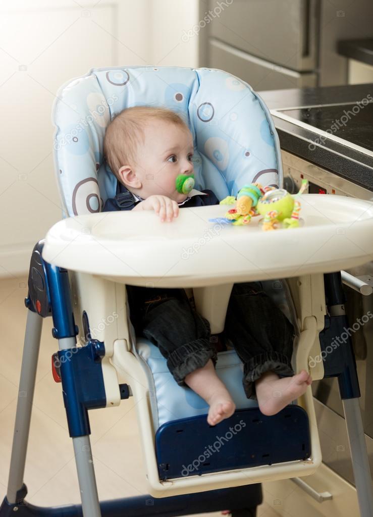 Kinderstoel Baby 0 Maanden.0 Maanden Oud Jongetje Zit In Kinderstoel Stockfoto C Kryzhov