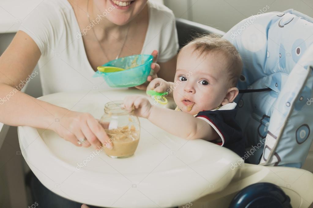 74504b613ce Τονισμένο πορτρέτο του όμορφη μωρό τρώνε χυλό από κουτάλι — Φωτογραφία  Αρχείου