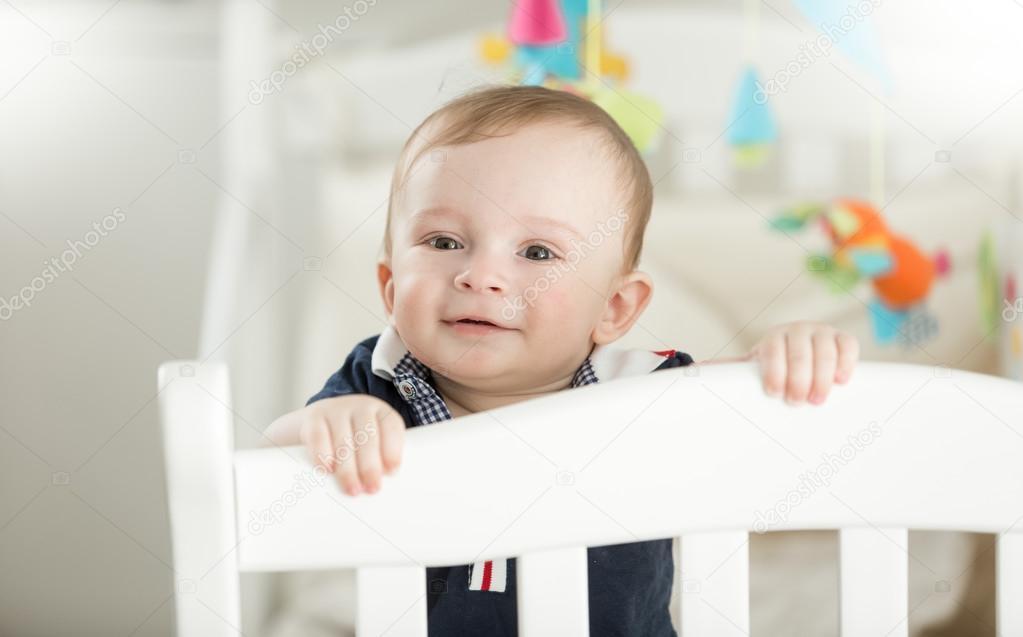 Sonrisa De Bebe De 9 Meses En Cuna De Madera Blanca Fotos De Stock
