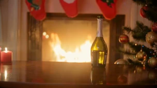 Nahaufnahme der Hände des Paares in der Liebe die Gläser Champagner und Klirren am Kamin dekoriert für Weihnachten