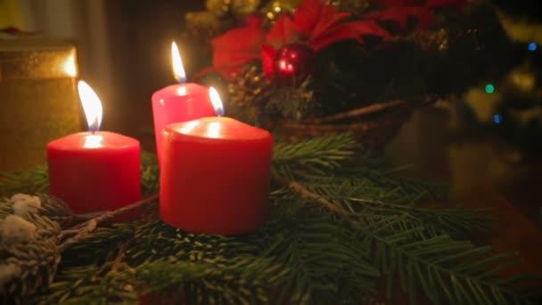 Colpo di Dolly del tavolo decorato con candele, corona e regali per Natale