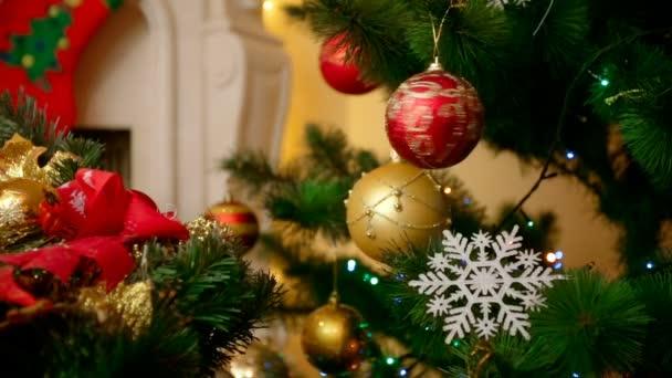 Vértes szép karácsonyfát díszített színes baubles hópelyhek