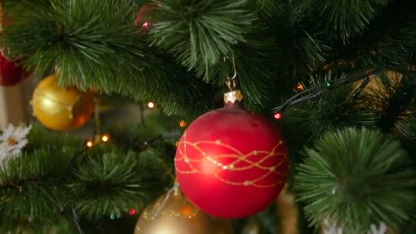Dolly záběr krásné zdobené vánoční stromeček v obýváku