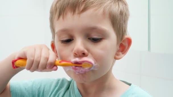 Portrét legračního batolete, jak ráno čistí a čistí zuby. Koncepce hygieny zubů a dětské zdravotní péče
