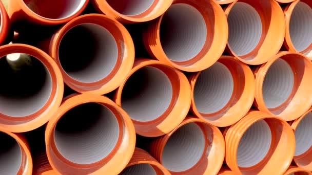 Rollschuß von PVC-Rohren und Rohren, die im Werkslager gestapelt sind, bereit für den Transport