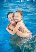 Matka vytěžený dcera v bazénu