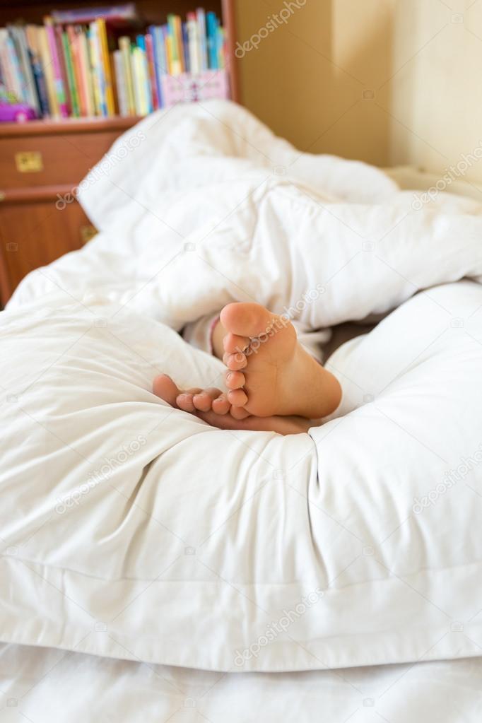 Piedi delle ragazze che si trovano sul cuscino bianco alla camera da letto foto stock - Foto di donne sul letto ...