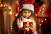 Kleines Mädchen sah das Öffnen mit Weihnachtsgeschenk