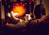 Fotografie Tónovaný fotografie ženy, zahřívání s horkým čajem na krb