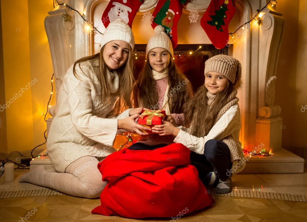 junge Mutter betrachten Geschenk in große rote Tasche zu Weihnachten ...