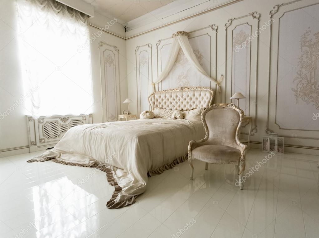 Interno della camera da letto classica bianca con grande letto e ...