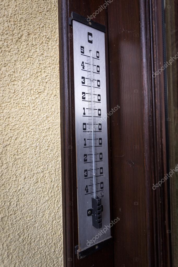 utomhus metall termometer hänga på väggen — Stockfotografi © Kryzhov ... 5a7bbffeca0bf