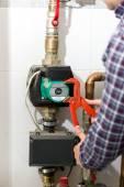 Fotografie Closeup des Klempners Reparatur Heizsystem mit roten Zangen