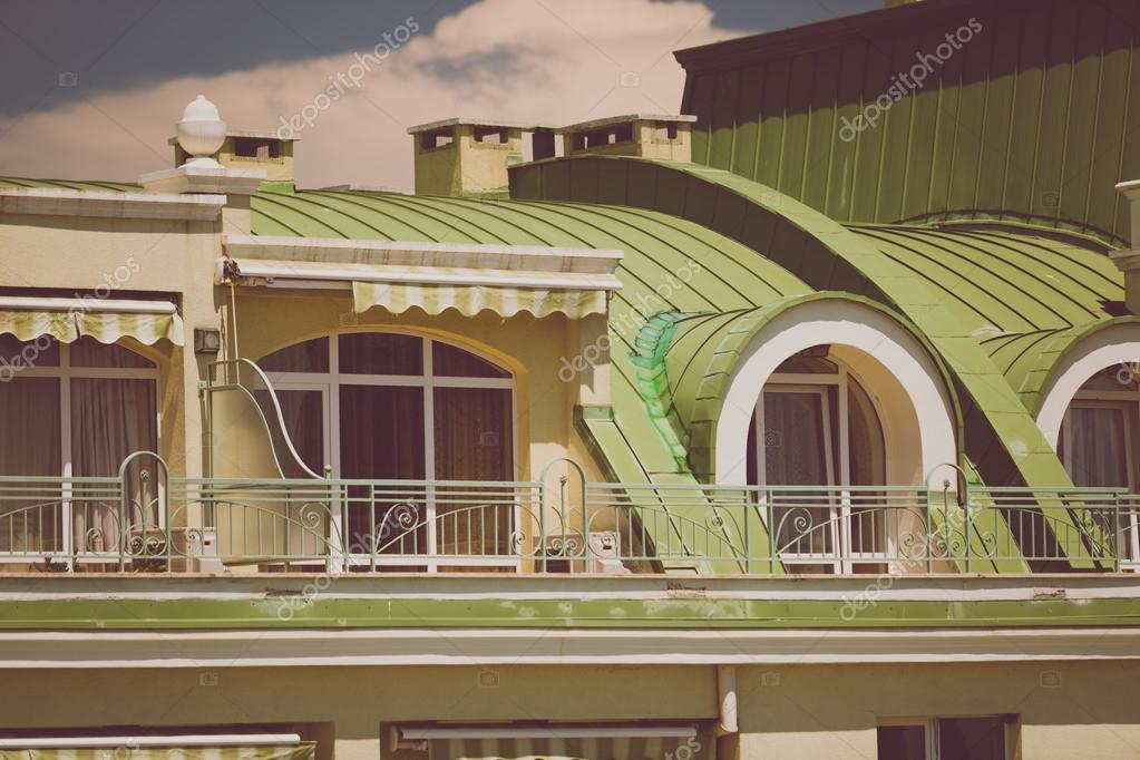 Tono Terraza : Foto de terraza bajo cubierta metálica verde en buildin clásico de
