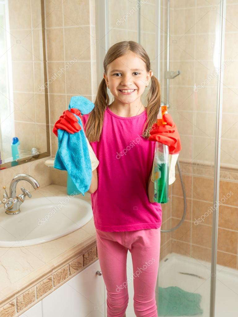 Stilvolles und schönes mädchen liegt im badezimmer