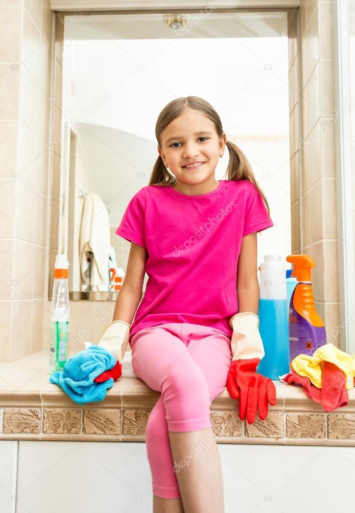 ülő mosdó mosolygó lány ül a mosdó fürdőszoba tisztítás mindeközben — Stock  ülő mosdó