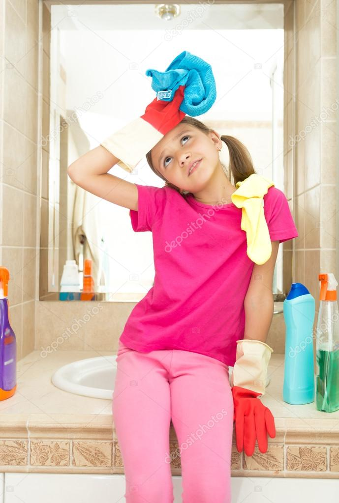 ülő mosdó Portré fáradt lány ül a mosdó fürdőszoba tisztítás után — Stock  ülő mosdó