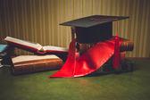 Tónusú fénykép piros szalag és kalappal a klasszikus asztal