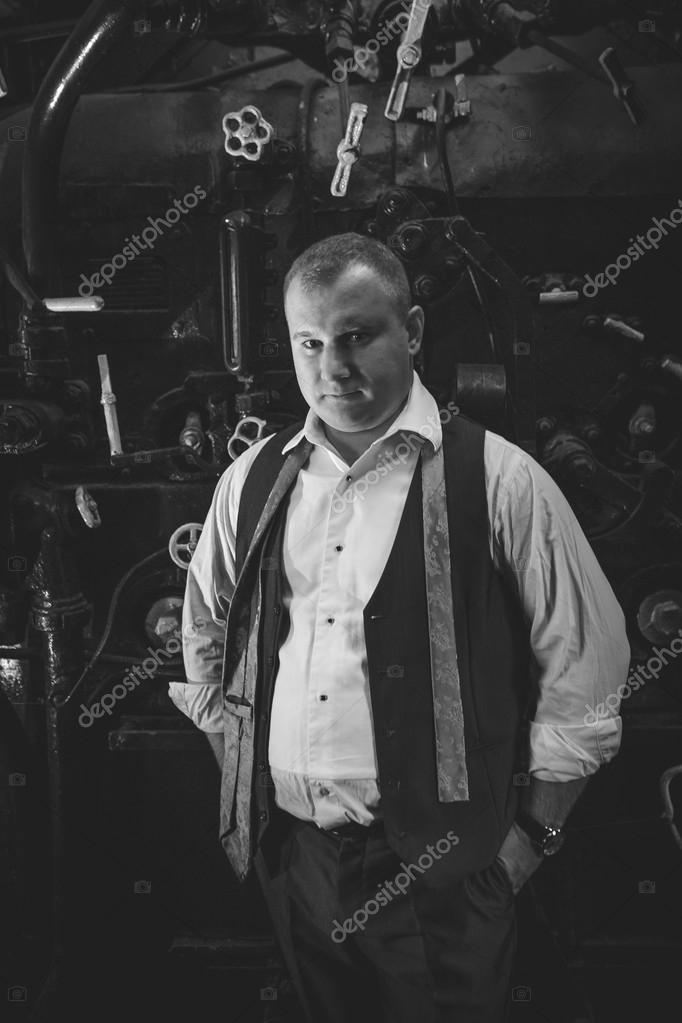 Ritratto in bianco e nero dell uomo alla moda in retro vestito alla fornace  del carbone — Foto di Kryzhov 235da5929c0