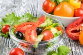 Zeleninový salát v misce