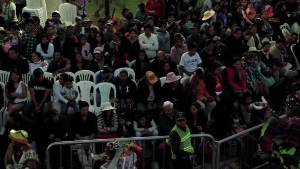 Lidé na festivalu Panny Marie Urkupiny v Quillacollu, Bolívie.