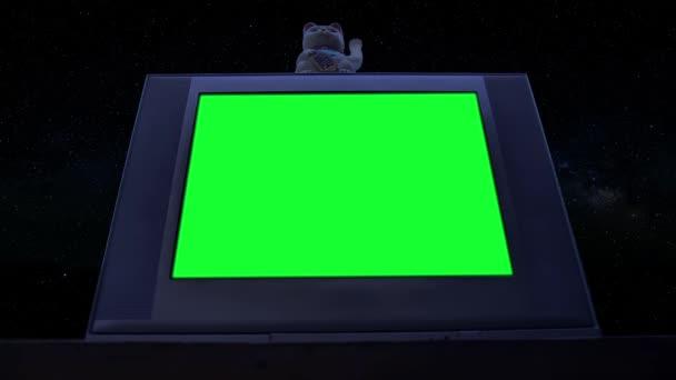 Maneki Neko Macska és Régi TV Zöld vászonnal. Alacsony látószögű. Éjszakai Tone. Kicserélheti a zöld képernyőt a felvételre vagy képre, amit akar. Meg tudod csinálni a Keying effektussal..
