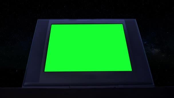 Stará televize se zelenou obrazovkou v temné noci. Low View. Zelenou obrazovku můžete nahradit záběrem nebo obrázkem, který chcete. Můžete to udělat s klíčovým efektem v After Effects nebo s jiným softwarem pro editaci videa.