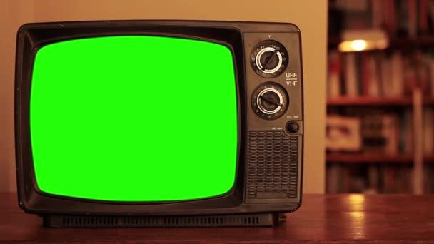 Man Hand tuning Régi TV zöld képernyővel. Közelkép. Kicserélheti a zöld képernyőt a felvételre vagy képre, amit akar. Meg tudod csinálni a Keying hatás After Effects vagy bármely más videó szerkesztő szoftver (nézd meg útmutatók a YouTube-on).